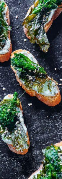 sesame-broccoli-rabe-crostini